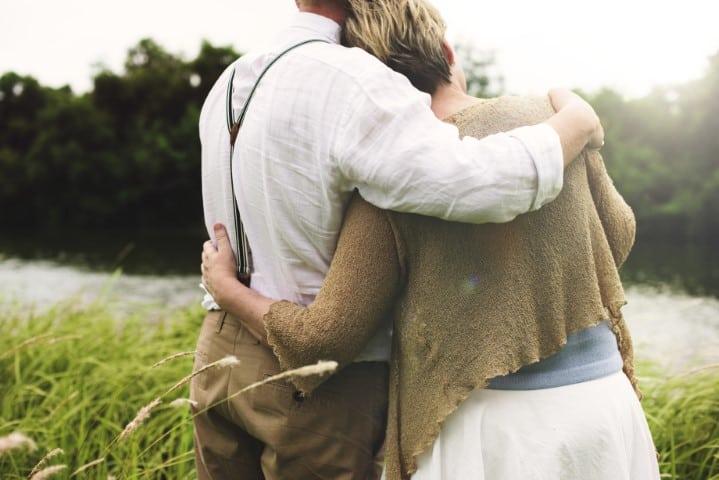 Knuffelend paar, Relaties, leunen of rechtstaan